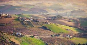Gospodarstwa rolne i zieleni pola na wzgórzach, Włochy Obraz Royalty Free
