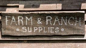 Gospodarstwa rolnego & rancho sklepu drewna znak Zdjęcie Royalty Free