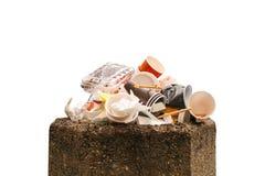 Gospodarstwo domowe śmieci w zbiorniku odizolowywa na białym tle fotografia stock