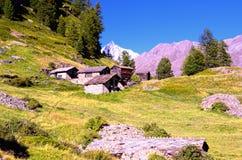 Gospodarstwo rolne domy w Szwajcarskich Alps między Matterhorn i Zermatt Obraz Stock