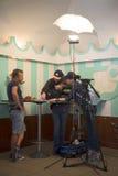 Gospodarz program telewizyjny `` Pozwalał ` s iść je `` na NTV kanale John Warren na secie następny program w starym pyshechnaya  Obrazy Stock