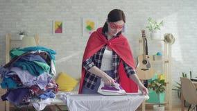 Gospodyni domowa bohatera dziewczyny uderzanie odziewa zbiory