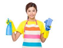 Gospodyni domowa chwyt z kiścią i ręcznikiem Fotografia Royalty Free