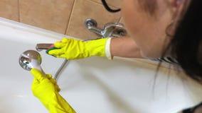 Gospodyni domowa czyści wodnego faucet zbiory wideo