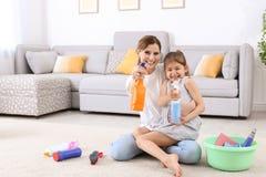 Gospodyni domowa i córka ma zabawę po czyścić obraz royalty free