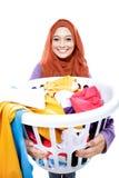 Gospodyni domowa jest ubranym hijab niesie pralnianego kosz brudny cl pełno Obrazy Royalty Free