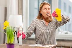 Gospodyni domowa jest ubranym rękawiczki ma wrażliwość czyści detergenty zdjęcie royalty free