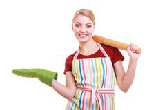 Gospodyni domowa kuchenny fartuch trzyma tocznej szpilki seansu kopii przestrzeń odizolowywa zdjęcie royalty free