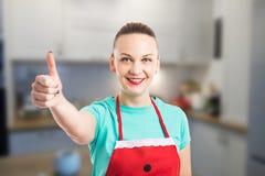 Gospodyni domowa lub gospodyni pokazuje kciukowi up gest Obraz Stock