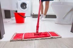 Gospodyni domowa mopping podłoga w łazience Obrazy Stock
