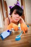 Gospodyni domowa myje podłoga Zdjęcia Royalty Free