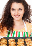 Gospodyni domowa pokazuje tacę ciastka świezi od piekarnika Fotografia Royalty Free