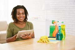 Gospodyni domowa rozkazuje detergenty online zdjęcia royalty free