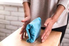 Gospodyni domowa starannie składa czystego odziewa z bliska fotografia stock
