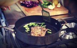 Gospodyni domowa stku gościa restauracji kucharstwo Piec na grillu pojęcie zdjęcie royalty free