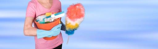 Gospodyni domowa trzyma duster i wiadro z cleaning wyposażeniem Zdjęcie Stock