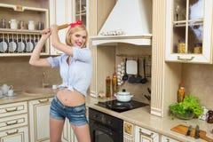 Gospodyni domowa trzyma tocznej szpilki Ja stoi w Fotografia Stock