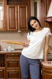 Gospodyni domowa trzyma tocznej szpilki Ja stoi w Fotografia Royalty Free
