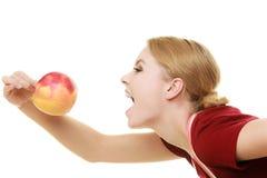 Gospodyni domowa w kuchennego fartucha łasowania jabłczanej zdrowej owoc Zdjęcia Stock