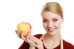 Gospodyni domowa w kuchennej fartuch ofiary jabłczanej zdrowej owoc zdjęcie royalty free