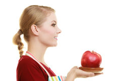 Gospodyni domowa w kuchennej fartuch ofiary jabłczanej zdrowej owoc zdjęcie stock
