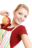 Gospodyni domowa w kuchennej fartuch ofiary jabłczanej zdrowej owoc obraz stock