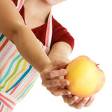 Gospodyni domowa w kuchennej fartuch ofiary jabłczanej zdrowej owoc fotografia stock