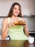 Gospodyni domowa z ciastkami w kuchni Zdjęcia Stock
