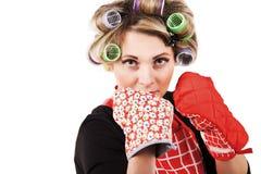 Gospodyni domowa z kuchennymi rękawiczkami w boks pozie Zdjęcie Royalty Free