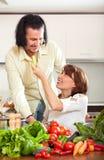 Gospodyni domowa z mężczyzna kucharstwem z świeżych warzyw kuchnią w domu Zdjęcie Royalty Free