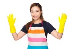 Gospodyni domowa z plastikowymi rękawiczkami i pokazywać out Obrazy Stock