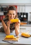 Gospodyni domowej łasowania gotowana kukurudza w kuchni Obrazy Royalty Free