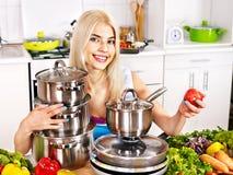 Gospodyni domowej kucharstwo przy kuchnią. Zdjęcia Royalty Free
