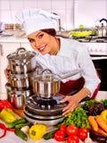 Gospodyni domowej kucharstwo przy kuchnią Zdjęcie Royalty Free