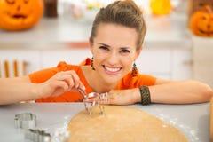 Gospodyni domowej mienia ciasta krajacz dla Halloweenowych ciastek Obrazy Royalty Free