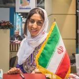 Gospodyni domu w Irańskim stojaku przy kawałkiem 2015, międzynarodowa turystyki wymiana w Mediolan, Włochy Obraz Royalty Free