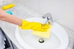 Gospodyni lub gospodyni domowa czyści łazienkę Zdjęcie Stock