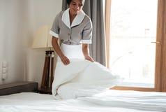 Gosposi utworzenia biały łóżkowy prześcieradło w pokoju hotelowym Obraz Stock
