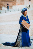 Gosposia która wystawia jego książkę wieki średni zdjęcia stock