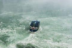 Gosposia mgły łódź na Niagara spadkach Zdjęcie Royalty Free