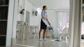 Gosposia myje podłoga zbiory