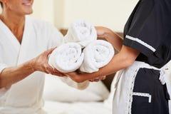 Gosposia przynosi świeżych ręczniki fotografia royalty free