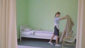 Gosposia robi łóżku w schronisku zdjęcie wideo