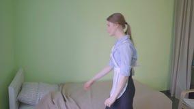 Gosposia robi łóżku w schronisku zbiory wideo