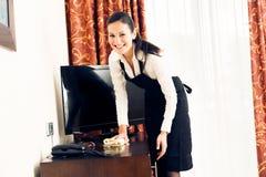 Gosposia Robi pokojowi hotelowemu obrazy stock