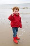 Gosse à la plage de l'hiver   Photos libres de droits