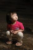 Gosse asiatique dans l'obscurité Images libres de droits