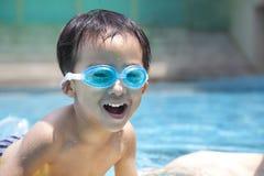 Gosse asiatique heureux dans l'eau images libres de droits