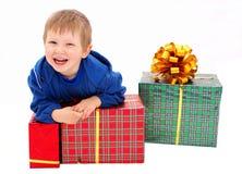 Gosse avec cadeaux photos stock