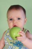 Gosse avec des pommes photos stock